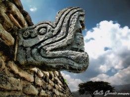 Mixco Viejo, Jilotepeque - escultura en la cancha de juego de pelota - foto por Coco García