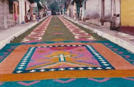 Semana Santa en San Rafael Pie de la Cuesta. Gigantes alfombras de 100 metros de largo. Tradición de 30 años - foto por Luis Emilio Morales