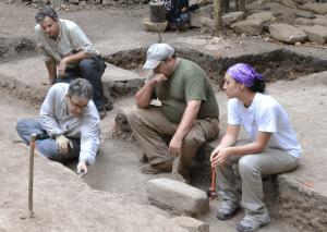 arquelogos1 300x213 - Calendario Maya, Nuevos Descubrimientos en 2012