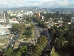 Ciudad de Guatemala, Reloj de Flores y el Boulevard Liberacion - foto por Heber Panzos