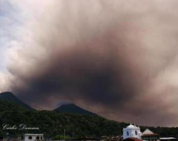 El volcan de Fuego las cenizas llegando al lago de Atitlan Septiembre 13 2012 Foto por Charly Damian - Galería – Fotos de la Erupción del Volcán de Fuego, Septiembre 13, 2012