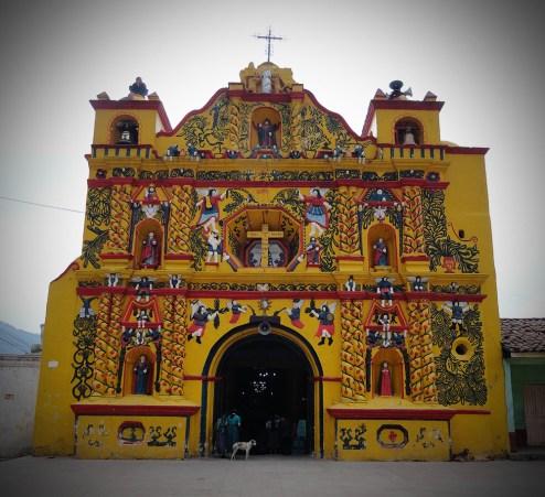 Iglesia amarilla de San Andrés Xecul a las cercanías de Xela copia - Guía turística - Fuentes Georginas