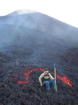 Ríos de lava que aparecieron en el año 2006, las personas se pueden acercar a la lava.