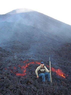 Ríos de lava que aparecieron en el año 2006 las personas se pueden acercar a la lava.1 - Guía Turística - Volcán de Pacaya