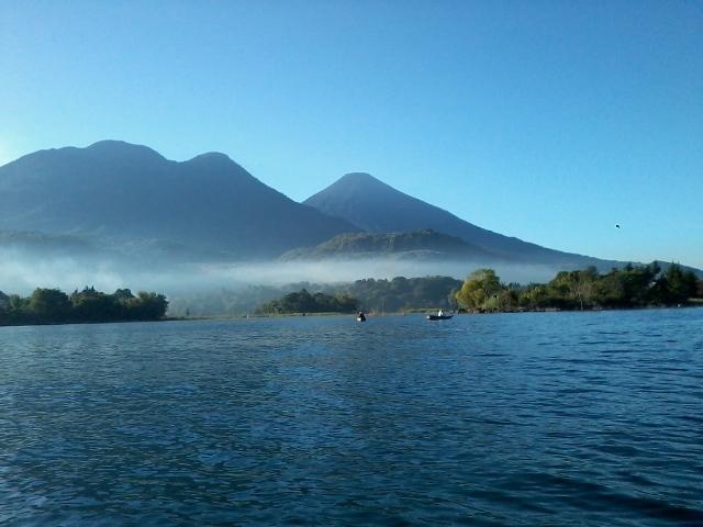 Vista panorámica de los volcanes Atitlán y Tolimán.