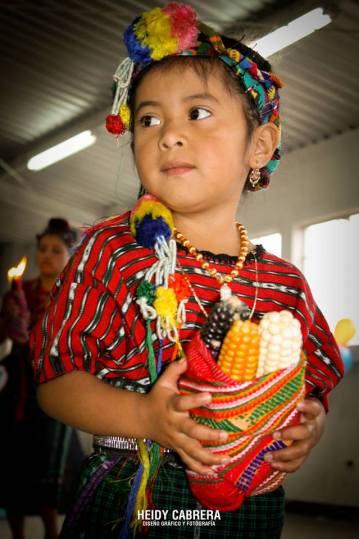 Niña con traje indígena - foto por Heidi Cabrera