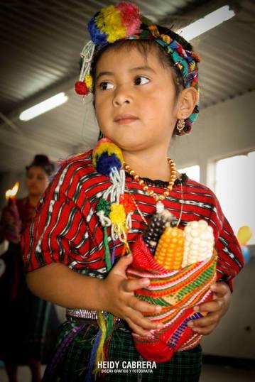 Chapincita con traje tipico foto por Heidi Cabrera - Los coloridos trajes indígenas de Guatemala