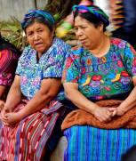 trajes Señoras en Santiago Sacatepequez foto por David Perez - Los coloridos trajes indígenas de Guatemala
