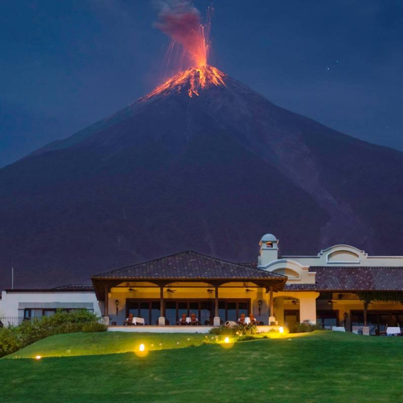 Volcán de Fuego desde La Reunión Golf & Resort en Alotenango, Guatemala - foto por Marcelo Jimenez Foto & Video