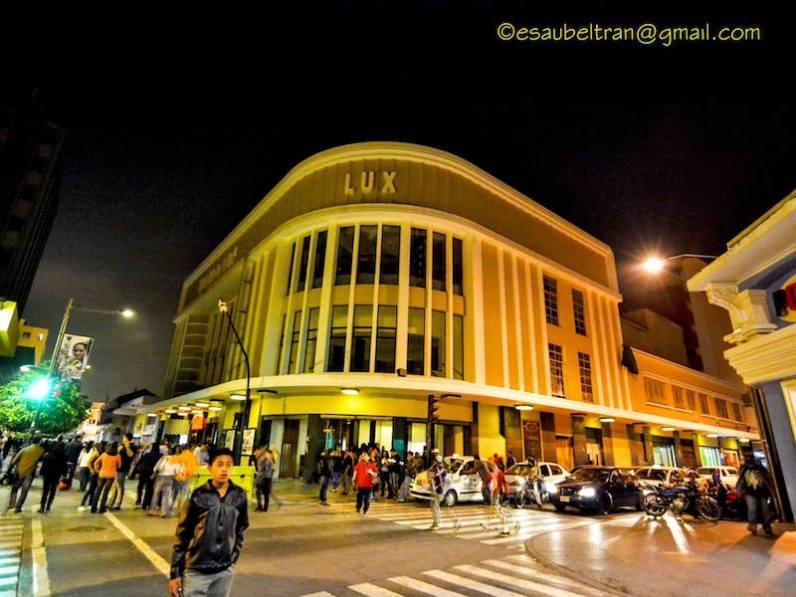 El famoso cine Lux - sexta avenida, Ciudad de Guatemala - foto por Esau Beltran Marcos
