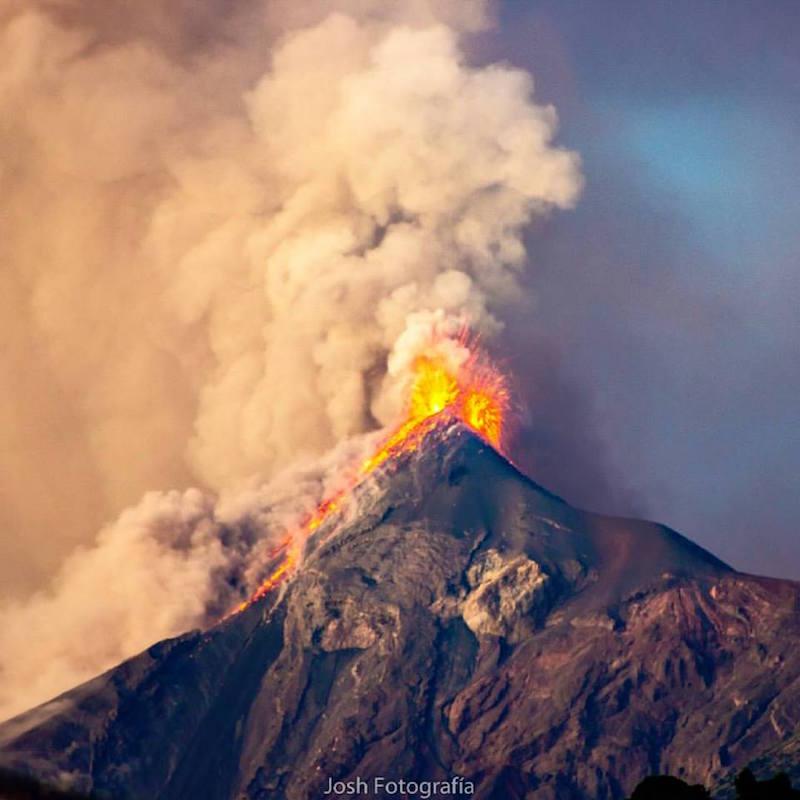 volcan de fuego en erupcion foto por josh fotografia - Los 4 volcanes activos en Guatemala