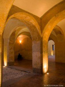 arcos en el interior del palacio de los capitanes la antigua guatemala foto por rudy giron 225x300 - El Centro Cultural del Real Palacio