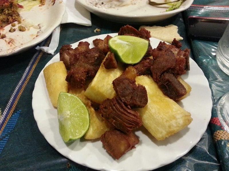 comida yuca con chicharron foto por jennifer c - Comidas típicas de algunos departamentos (parte I)