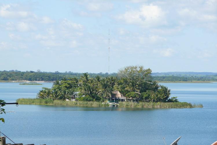 47090925 - Islas en Guatemala