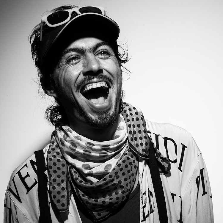 fot cedrick arenales baja - IshtoJuevez, el cantautor que inició su carrera cantando en buses