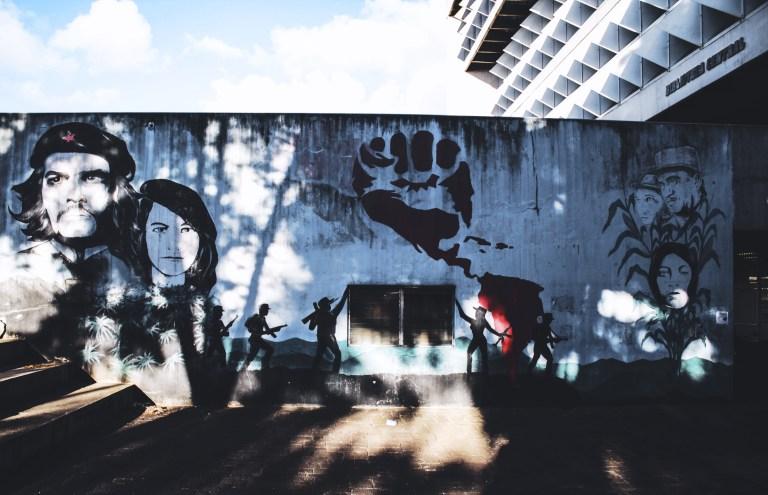 13 mural a los guerrilleros 768x495 - Murales que cuentan la historia del país