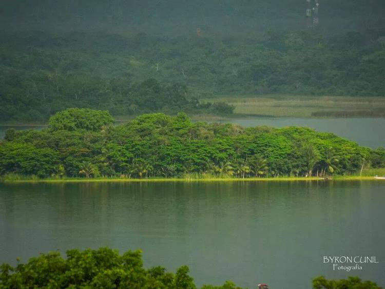 isla de petencito en el lago peten itza foto por byron cunil - 10 Lugares que conocer en Petén