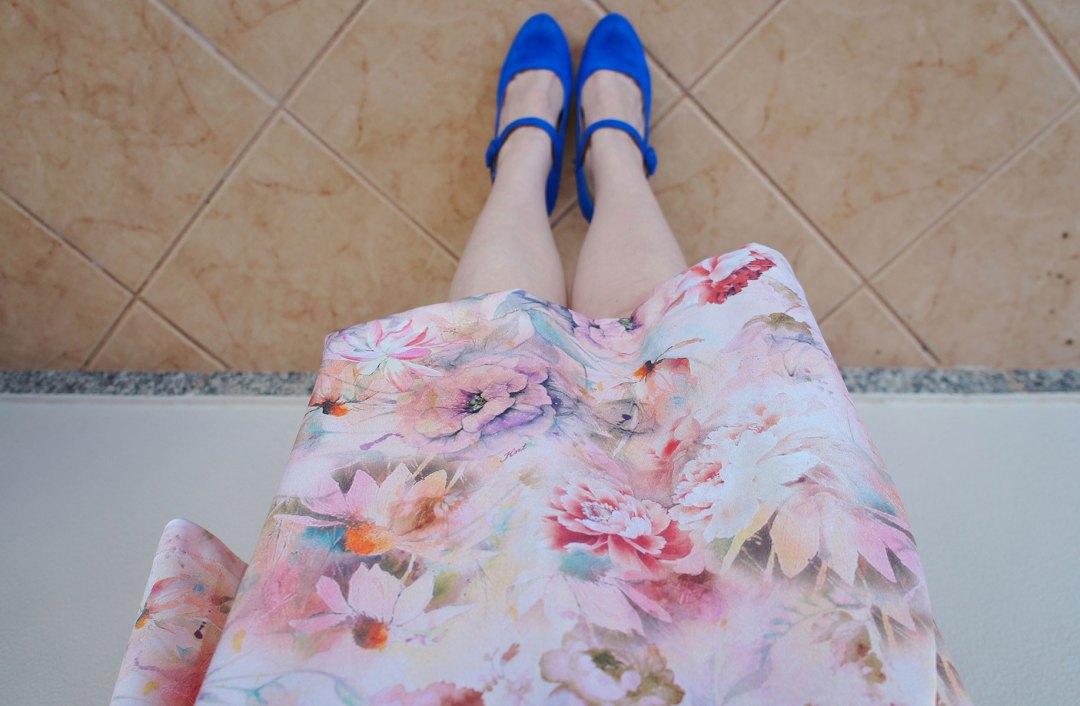 Look Vestido Florido e Sapato Azul
