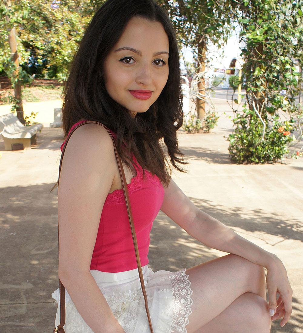 Look Saia de Renda Creme e Blusa Pink