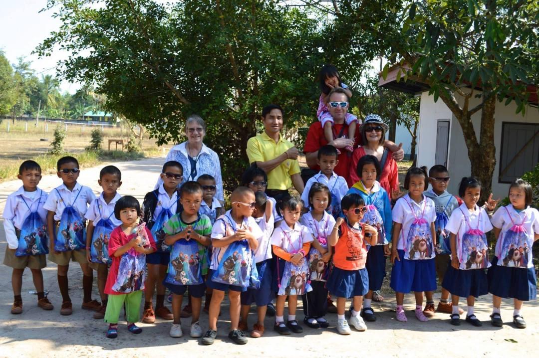 group photo return volunteers thailand