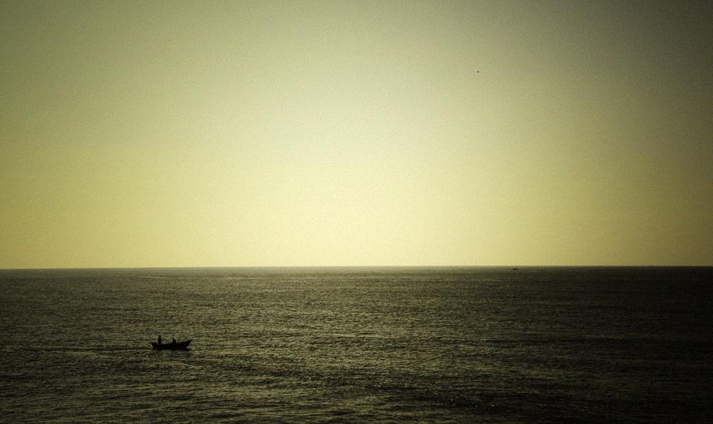 um barco só no mar, vila nova de gaia