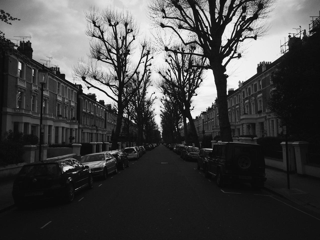 uma rua vazia num bairro residencial em londres