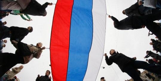 12jun2012---manifestantes-carregam-bandeira-russa-gigante-durante-protesto-em-massa-da-oposicao-de-moscou-nesta-terca-1339527184364_956x500