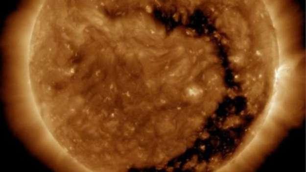 O tamanho do buraco coronal é 'substancial', afirma a agência espacial americana Foto: Laboratório de Dinâmica Solar da Nasa