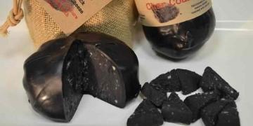 Mais comida preta: Chegou o queijo de carvão.
