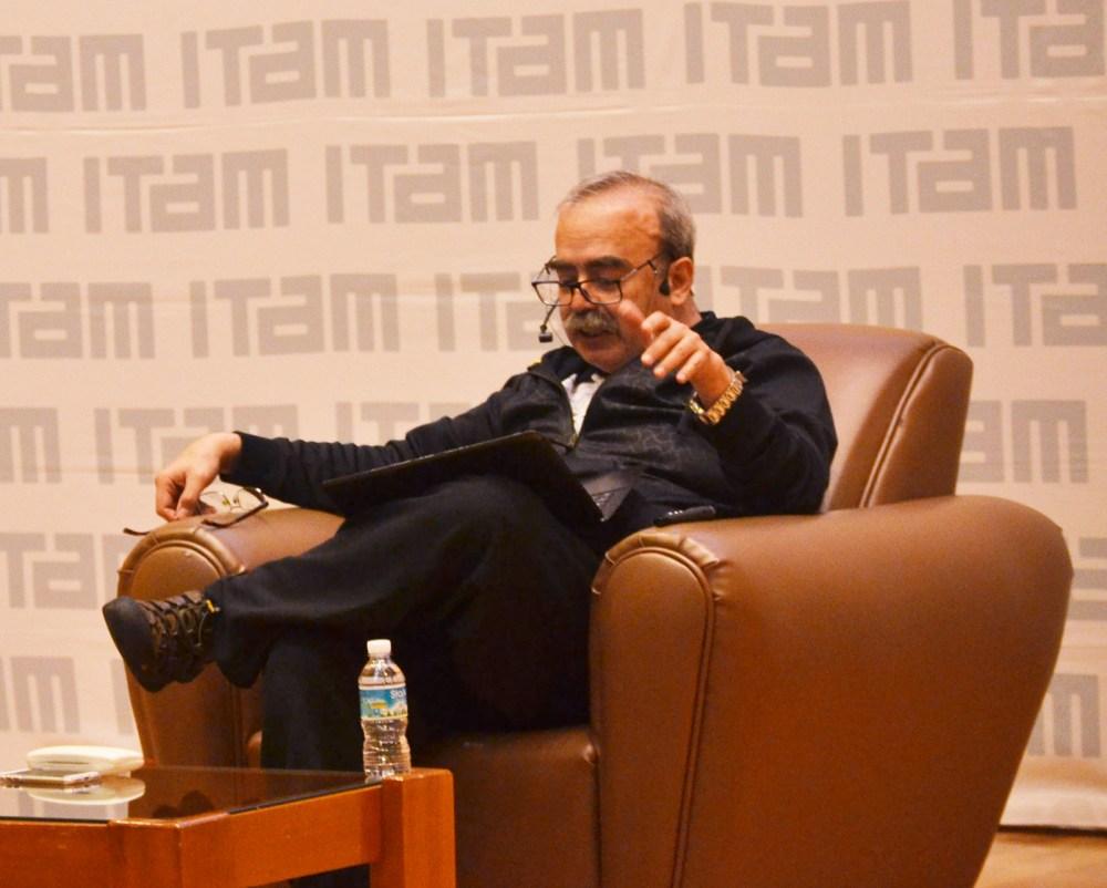 """Dr. José Antonio de la Peña en su conferencia """"Viajes en el tiempo"""". FOTO: ITAM"""