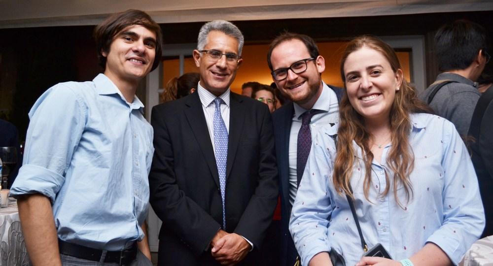 Vicerrector Dr. Alejandro Hernández y exalumnos. FOTO: ITAM