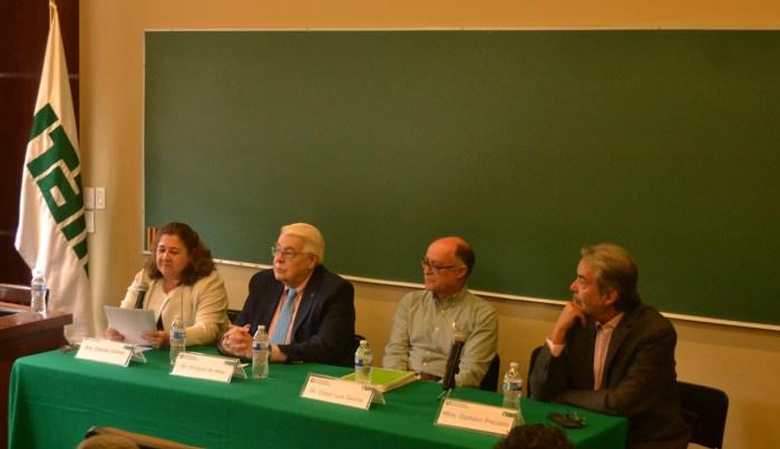 La Doctora Claudia Gómez en la introducción del evento.