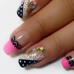 Decoraciòn uñas con flores y bordado