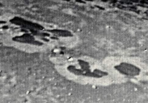 Edificios camuflados alien en la luna de Neptuno Tritón