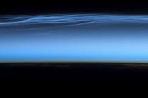 Misteriosas nubes noctilucentes tal como se ven desde la Estación Espacial Internacional