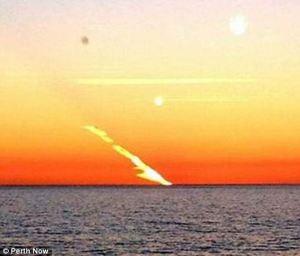 Extraña estela sobre el cielo de australia, 3 julio 2012