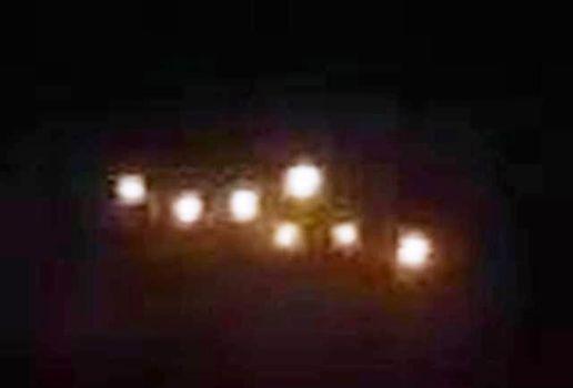Pasajero filma unas misteriosas luces OVNI flotando junto al avión
