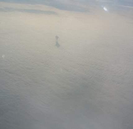 Sombra misteriosa figura caminando sobre las nubes capturado por avión de pasajeros