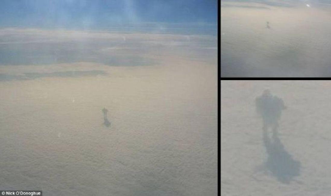 Misteriosa figura caminando sobre las nubes