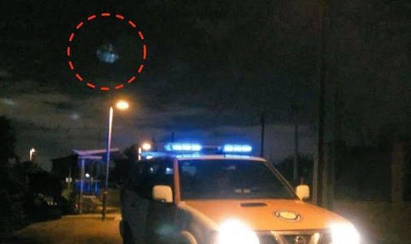 Pequeño ovni visto flotando sobre un coche de policía en España