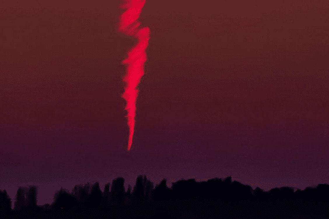 Flameantes esferas ovni masivas a través del cielo sobre el campo inglés (abril 2020)
