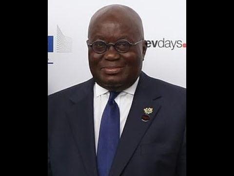 ¿El presidente de Ghana lee un documento de la Fundación Rockefeller que demuestra que todos los gobiernos han ejecutado las órdenes previamente diseñadas por la élite, en torno al Covid-19?