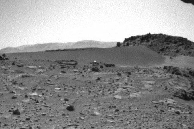 Aparece una extraña luz en movimiento en el suelo de Marte