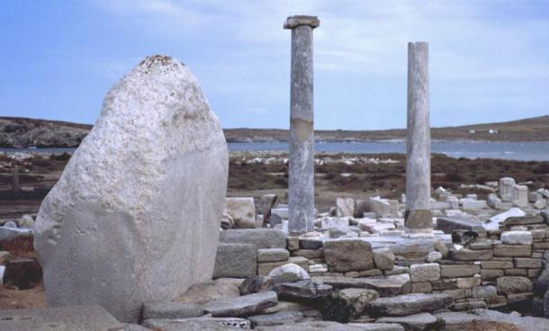 Estructuras de piedra y monumentos por el mar en Delos