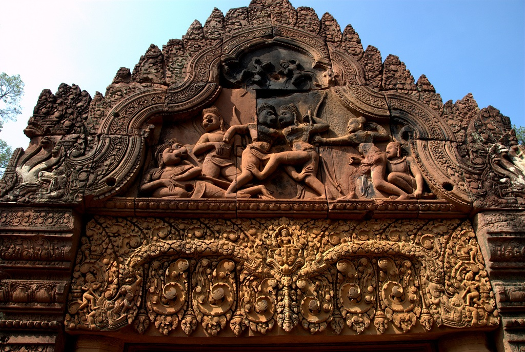 The combat between Vāli and Sugrīva is depicted on the western gopura. Banteay Srei 9