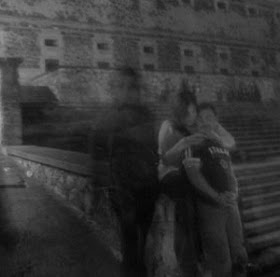 fantasma al lado de pareja - Apariciones y fantasmas captados con cámara ¿realidad o trucaje?