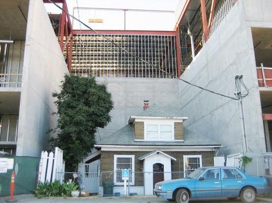 Edith Macefields House 2 537x402 - Edith Macefield: de 84 años de edad que rechazo un millón de dólares y obligó a un centro comercial a construir alrededor de su casa