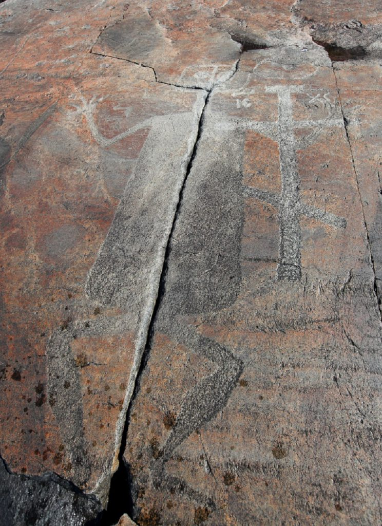 Onega Petroglyph 2 744x1024 2 - Los Petroglifos Onega: ¿Representaciones de seres celestes desde el 6.000 aC?