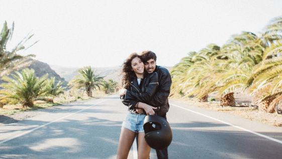 casal apaixonado viajando pelo mundo