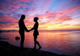 foto de casal tumblr na praia ao nascer do sol